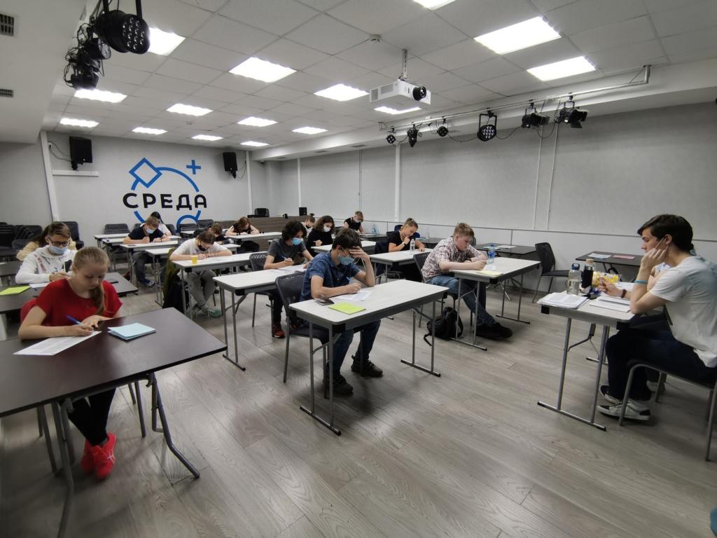участники второго тура тестирования решают тест на интеллектуальные способности в помещении молодёжного центра Среда